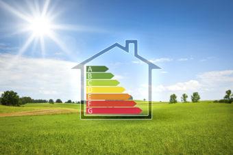 Maison verte au soleil avec graphique d'efficacité énergétique